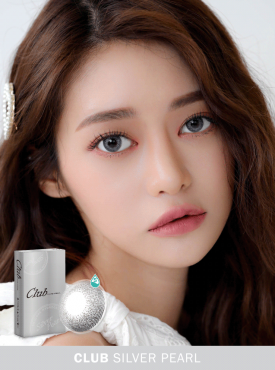 A Korean girl wears Ann365 Club Siver Pearl colored contact lens