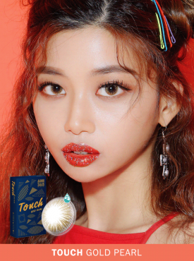 A Asian girl wears Ann365 Touch Gold Pearl colored contact lens