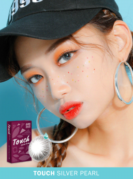 A girl wears Ann365 touch silver pearl color contact lens