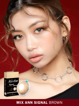 A Girl who has dark skin wears Ann365 MIX ANN Signal Brown colored contact lenses.