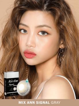 A Girl who has dark skin wears Ann365 MIX ANN Signal Gray colored contact lenses.
