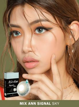 A Asian girl who has dark skin wears Ann365 MIX ANN Signal Sky Colored contact lenses.