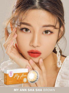 A Korean girl wears Ann365 MY ANN Sha Sha Brown Colored contact lenses.