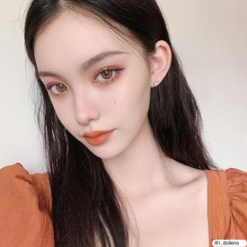 A Girl wears IDOL LENS CANNA ROZE PUMKIN BROWN AIRY color contact lens