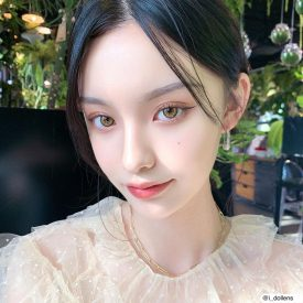 A Girl wears IDol lens CANNA ROZE OLIVE GREEN AIRY color contact lens
