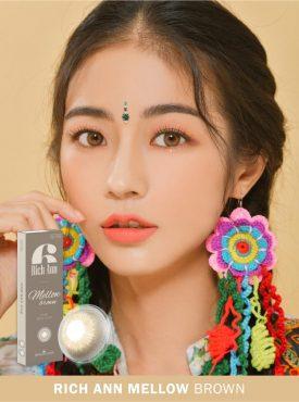 A Asian girl wears Ann365 Rich Ann Mellow Brown color contact lens
