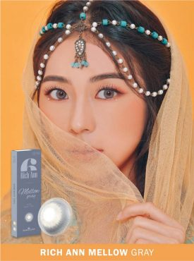 A girl wears Ann365 Rich Ann Mellow Gray Color contact lens