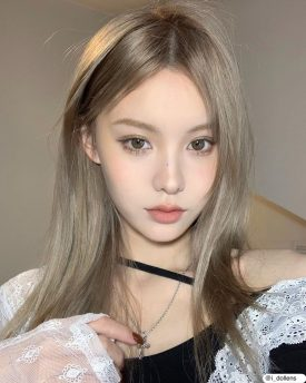 A Girl wears IDOL LENS MADE MIST GREEN color contact lens