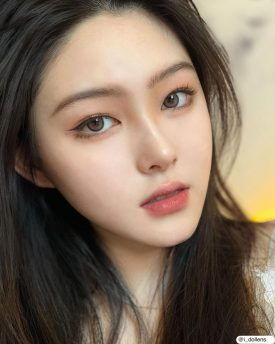 A Girl wears IDOL LENS MADE MOOD BROWN color contact lens