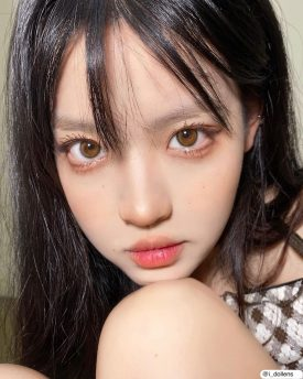 A Girl wears IDOL LENS MADE REAL BROWN color contact lens