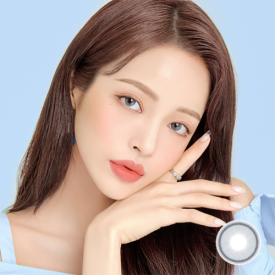 A Girl wears COCOVIEW CREAMY BLUE GRAYcolor contact lens
