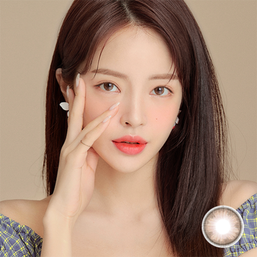 A Asian Cute Girl wears COCOVIEW TINY BROWN color contact lens